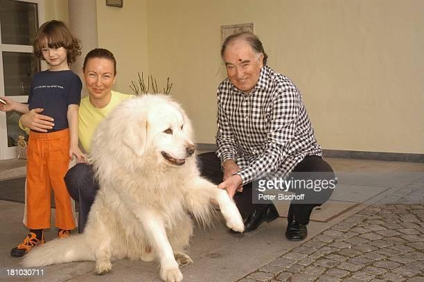 Robert Jung Hund Janosch Tochter MelanieBianca Jung Enkel Daniel Jung Homestory Kranzberg bei München Garten streicheln Terrasse Tier Promis...