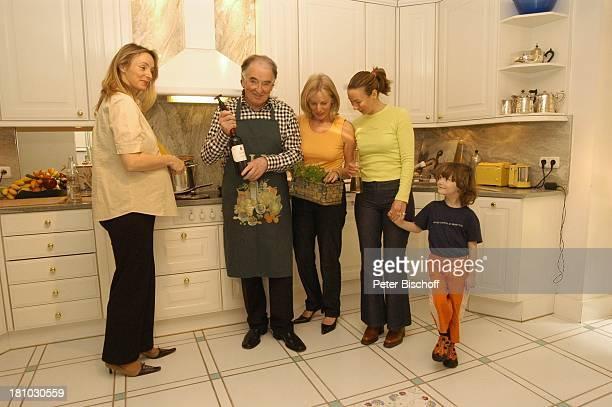 Robert Jung Tochter DagmarIsabell Jung Ehefrau Rosi Jung Tochter MelanieBianca Jung Enkel Daniel Jung Homestory Kranzberg bei München Küche l...