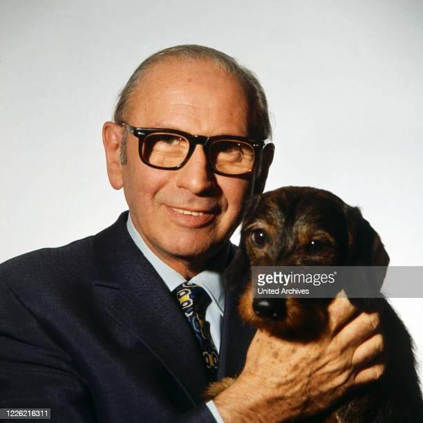 Robert Lembke, deutscher Journalist und Fernsehmoderator mit Dackel, Deutschland um 1975.