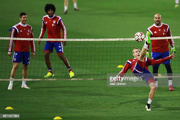 Robert Lewandowski Dante and Pepe Reina watch Sebastian Rode do an overhead kick during day 4 of the Bayern Muenchen training camp at ASPIRE Academy...