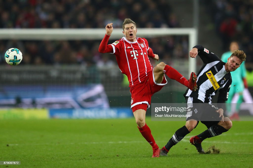 Robert Lewandowski of Bayern Muenchen (l) and Nico Elvedi of Moenchengladbach fight for the ball during the Bundesliga match between Borussia Moenchengladbach and FC Bayern Muenchen at Borussia-Park on November 25, 2017 in Moenchengladbach, Germany.