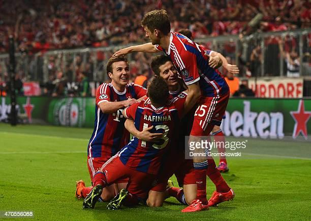 Robert Lewandowski of Bayern Muenchen celebrates scoring the fifth goal with team mates during the UEFA Champions League Quarter Final Second Leg...