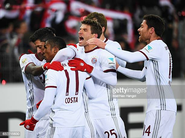 Robert Lewandowski of Muenchen celebrates scoring his goal with Douglas Costa Thomas Müller and Xabi Alonso during the Bundesliga match between SC...