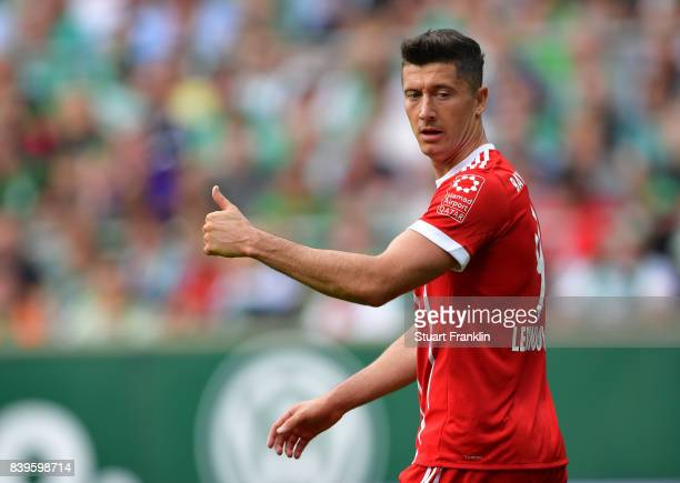 Robert Lewandowski of Muenchen gives the thumbs up during the Bundesliga match between SV Werder Bremen and FC Bayern Muenchen at Weserstadion on...
