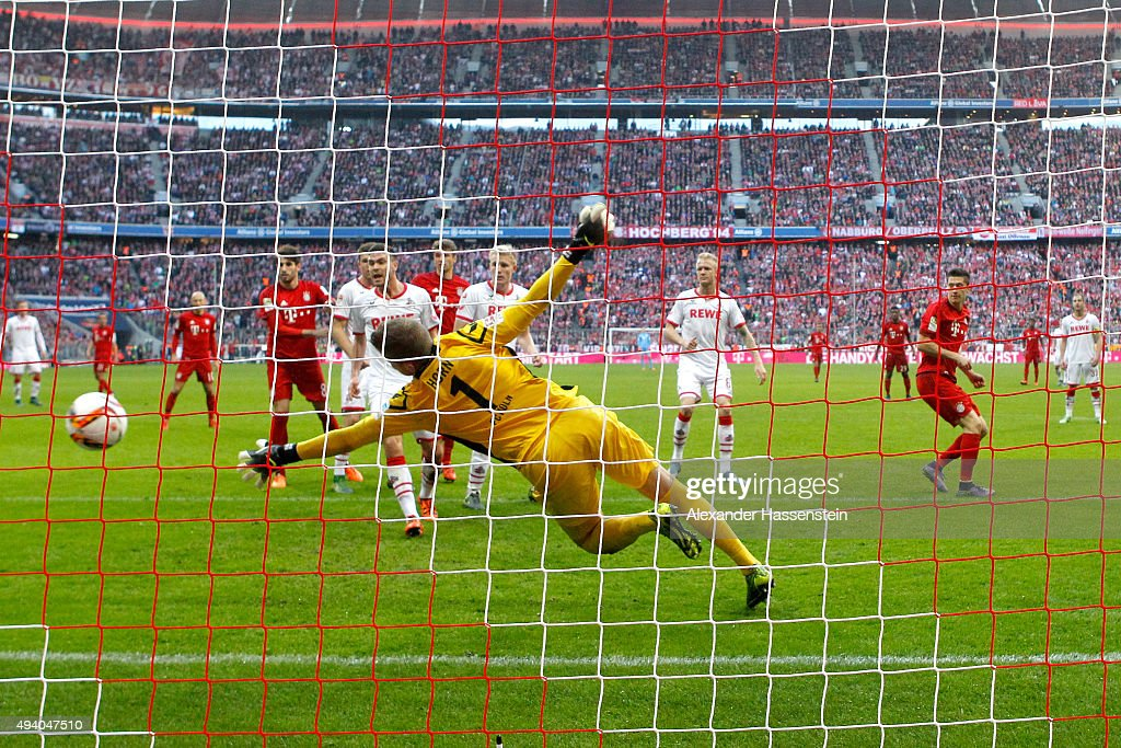 Robert Lewandowski (R) of Muenchen scores the 3rd team goal against Timo Horn, keeper of Koeln during the Bundesliga match between FC Bayern Muenchen and 1. FC Koeln at Allianz Arena on October 24, 2015 in Munich, Germany.