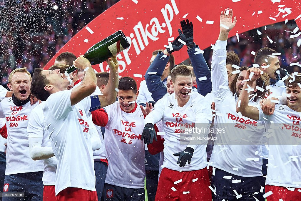 Robert Lewandowski of Poland celebrates with team mates after the UEFA EURO 2016 qualifying match between Poland and Republic of Ireland at National Stadium on October 11, 2015 in Warsaw, Poland.