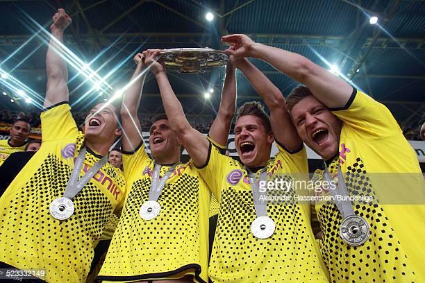 Robert Lewandowski Sebastian Kehl Lukasz Piszczek and Jakub Blaszczykowski von BVB Borussia Dortmund feiert den Gewinn der Deutschen Meisterschaft...
