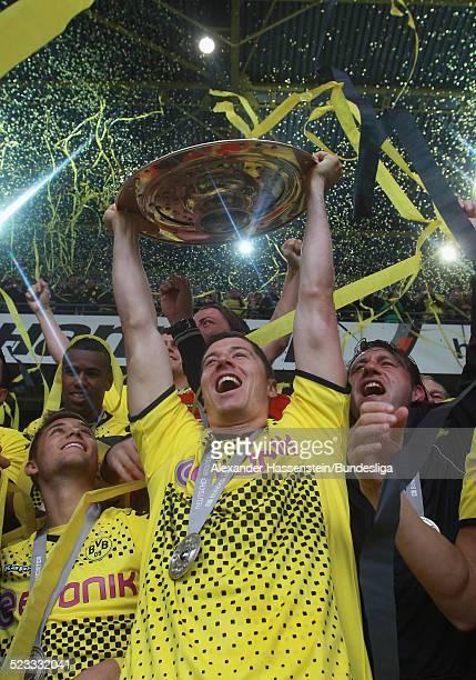 Robert Lewandowski vom BVB Borussia Dortmund feiert den Gewinn der Deutschen Meisterschaft 2011/2012 nach dem Bundesligaspiel zwischen Borussia...