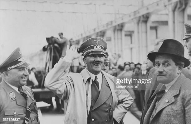 Robert LeyRobert LeyAdolf Hitler Ferdinand PorscheFerdinand Porsche Politiker NSDAP D bei einer Besichtigung des im Bau befindlichen VolkswagenWerkes...