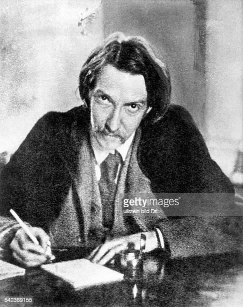Robert Louis Stevenson*1311185003121894Scottish writerat his desk
