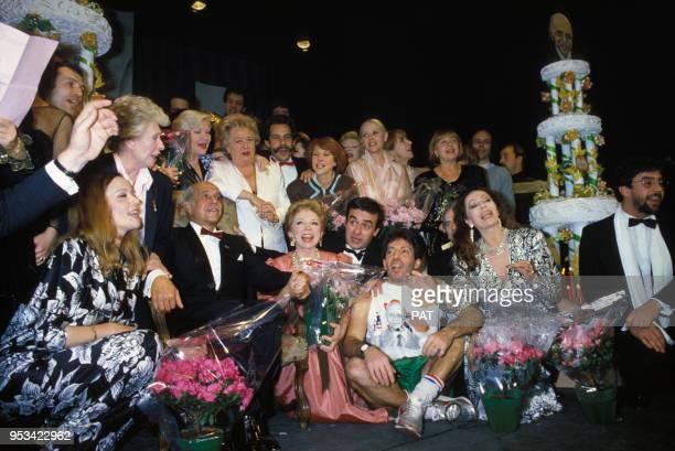 Robert Manuel assis à gauche fête ses 50 ans de théâtre entourée notamment de son épouse Claudine Coster à droite Patachou Line Renaud Jacqueline...