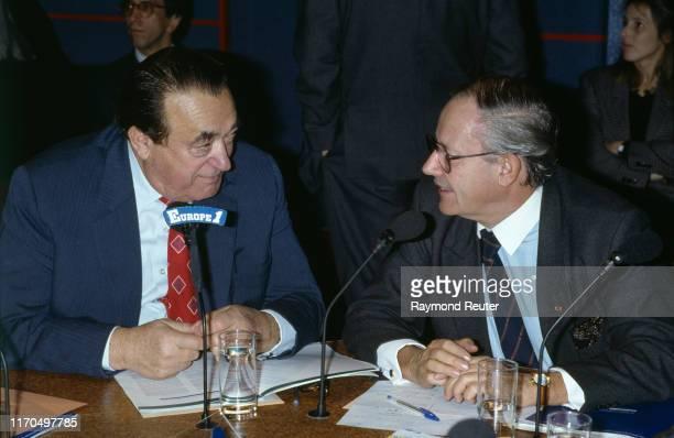Robert Maxwell et l'homme politique luxembourgeois Gaston Thorn participent à l'émission de radio Découvertes sur Europe 1