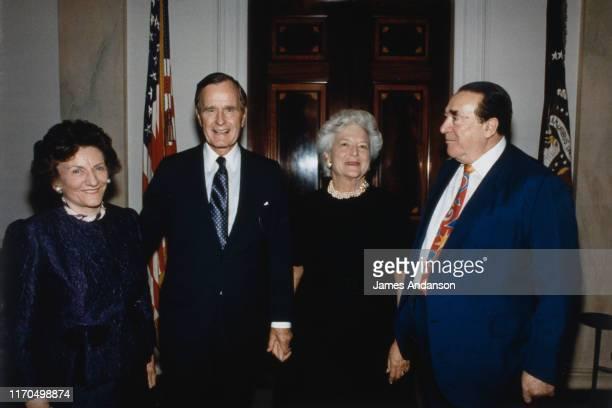 Robert Maxwell reçu par George Wh Bush De gauche à droite Elisabeth Maxwell George Wh Bush Barbara Bush and Robert Maxwell circa 1989
