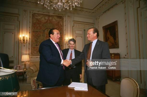 Robert Maxwell signe l'achat du matériel informatique pour le quotidien The European