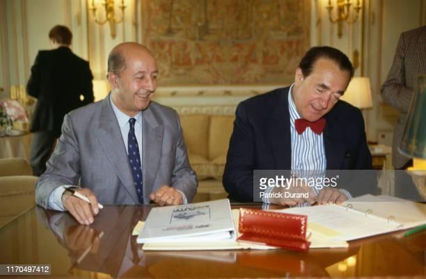Robert Maxwell signe un contrat avec Henri Martre PDG de l'Aérospatiale