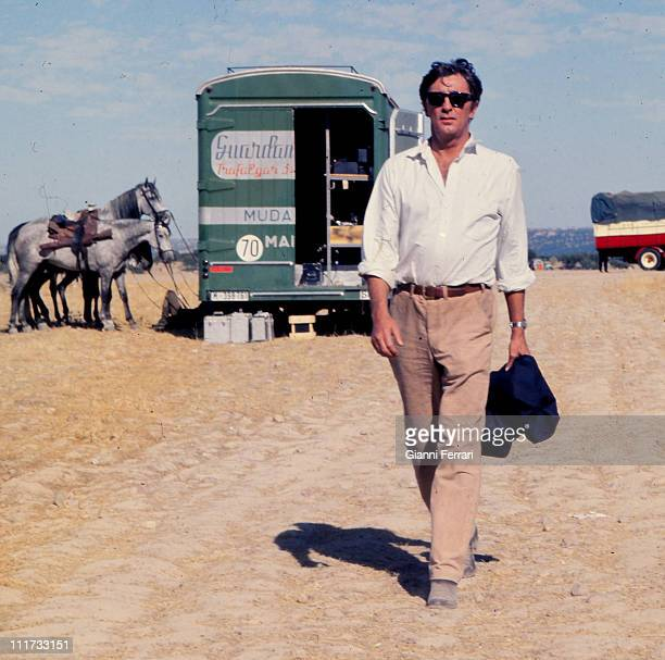 Robert Mitchum during a break from filming the movie 'Villa Rides' near Madrid directed by Buzz Kulik Madrid Spain Photo by Gianni Ferrari / Cover /...