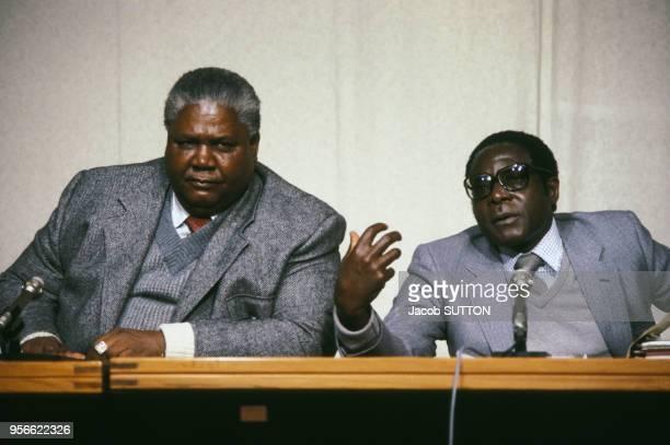 Robert Mugabe premier ministre et Joshua Nkomo leader de l'Union du peuple africain du Zimbabwe en mars 1980 en Rhodésie du Sud