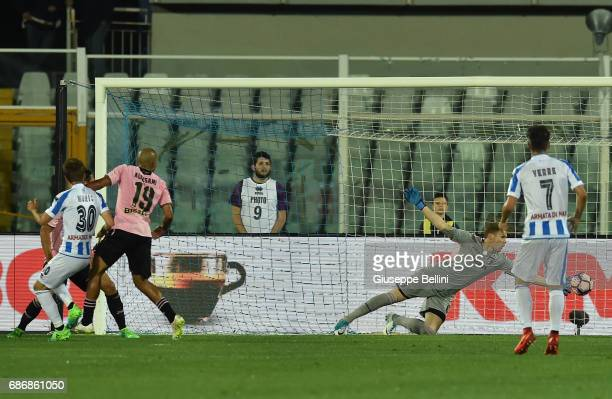 Robert Muric of Pescara Calcio scores the opening goal during the Serie A match between Pescara Calcio and US Citta di Palermo at Adriatico Stadium...
