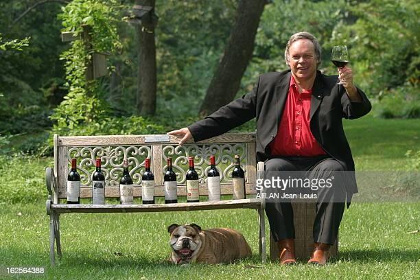 Robert Parker Pope Of Wine Attitude souriante de Robert PARKER auteur du célèbre guide sur le vin dans le parc de sa maison de PARKTON avec son chien...