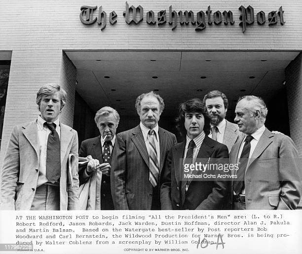 Robert Redford Jason Robards Jack Warden and Dustin Hoffman director Alan J Pakula and Martin Balsam posing in front of 'The Washington Post' on the...