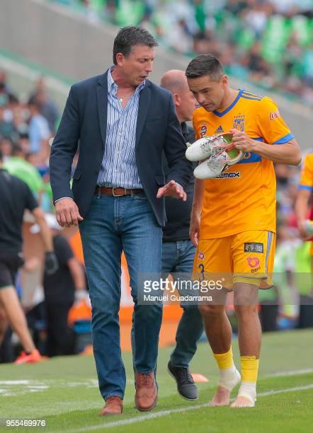 Robert Siboldi coach of Santos talks to Junior Vendrechovski of Tigres during the quarter finals second leg match between Santos Laguna and Tigres...