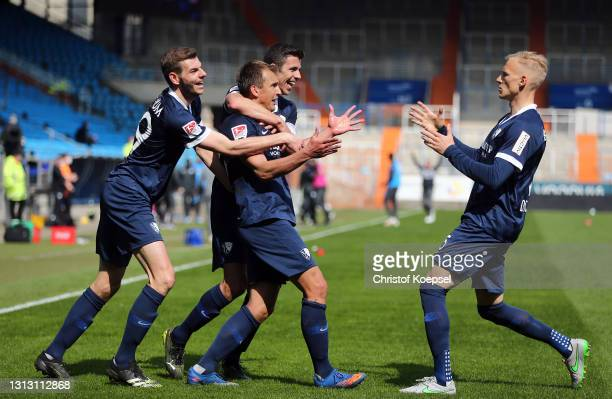 Robert Tesche of VfL Bochum 1848 celebrates with teammates Maxim Leitsch, Saulo Decarli and Anthony Losilla after scoring their team's fourth goal...