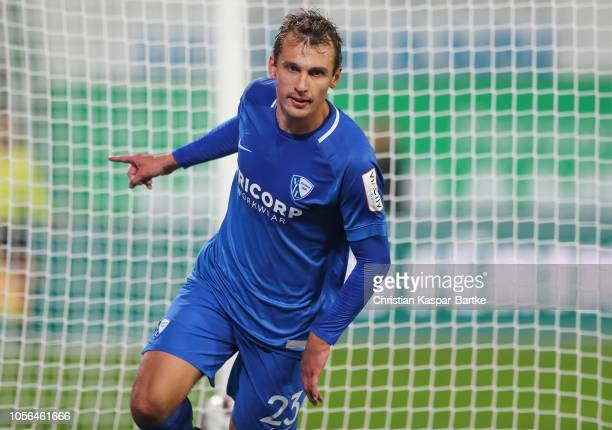 Robert Tesche of VfL Bochum celebrates his team`s first goal during the Second Bundesliga match between SpVgg Greuther Fuerth and VfL Bochum 1848 at...