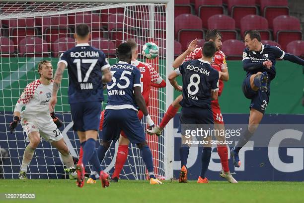 Robert Tesche of VfL Bochum scores their sides second goal past Robin Zentner of 1. FSV Mainz 05 during the DFB Cup second round match between 1. FSV...