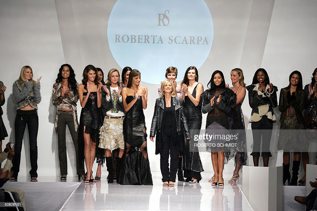 Roberta Scarpa of Italy  (C) is congratu : News Photo