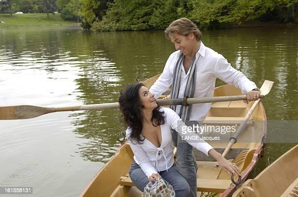 Roberto Alagna With His Companion Angela Gheorghiu In Bois De Boulogne Attitude souriante du ténor Roberto ALAGNA debout une rame dans les mains avec...