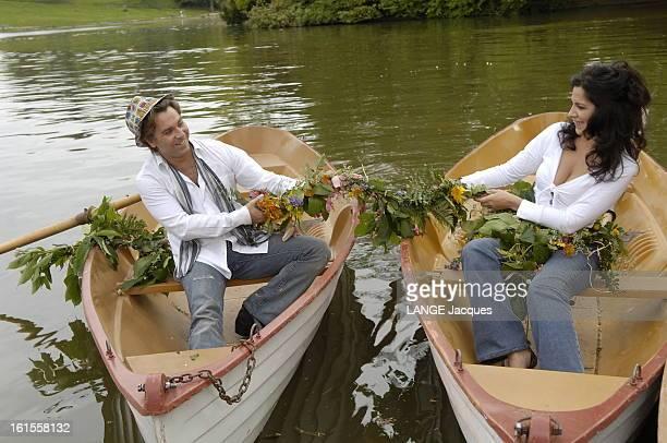 Roberto Alagna With His Companion Angela Gheorghiu In Bois De Boulogne Attitude souriante du ténor Roberto ALAGNA un chapeau coloré sur la tête avec...