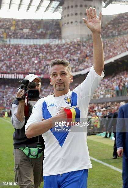 Roberto Baggio of Brescia salutes the crowd after the Serie A match between AC Milan and Brescia on May 16 2004 in Milan Italy