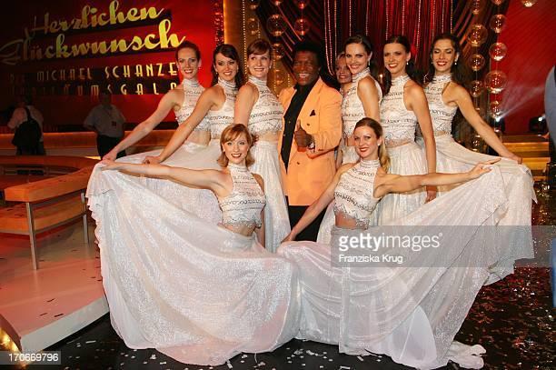 Roberto Blanco Mit Tänzerinnen In Der Ard Show Herzlichen Glückwunsch Die Michael_Schanze Jubiläumsgala In München