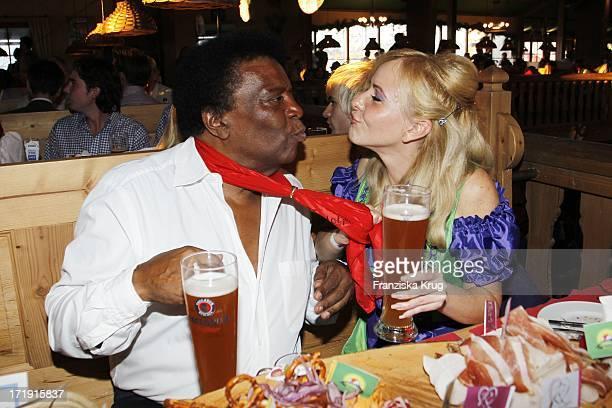 Roberto Blanco Und Freundin Luzandra Strassburg Beim Wies'N Treff Von 'Goldstar Tv' Auf Dem Oktoberfest In München