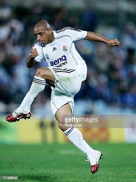 Roberto Carlos of Real Madrid shoots a free kick during the Primera Liga match between Getafe and Real Madrid at the Alfonso Perez stadium on October...