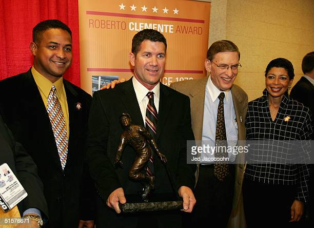 Roberto Clemente Jr Edgar Martinez of the Seattle Mariners MLB commissioner Bud Selig and Carol Fulp pose with Roberto Clemente award before game...