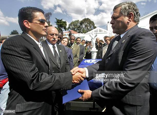 Roberto D' Aubuisson recibe condolencias del diputado hondureno Roberto Martinez Lozano en representacion del Parlamento Centroamericano por la...