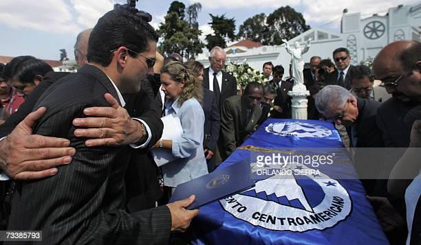 Roberto D' Aubuisson recibe el pesame de diputados al Parlamento Centroamericano por la muerte de su hermano Jose Eduardo D' Aubuisson quien sera...