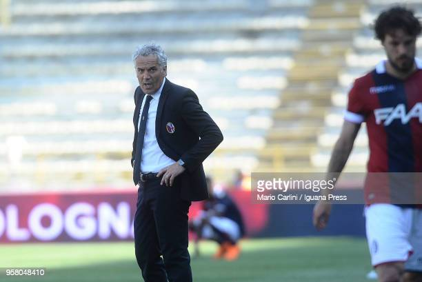 Roberto Donadoni head coach of Bologna FC looks on as his player Simone Verdi leaves the pitch at the end of the serie A match between Bologna FC and...