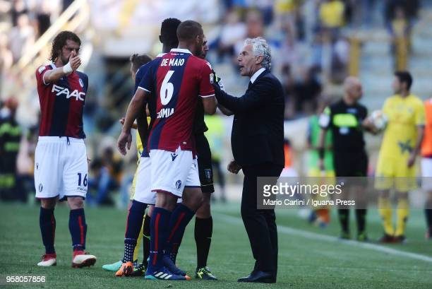 Roberto Donadoni head coach of Bologna FC talks to his players during the serie A match between Bologna FC and AC Chievo Verona at Stadio Renato...