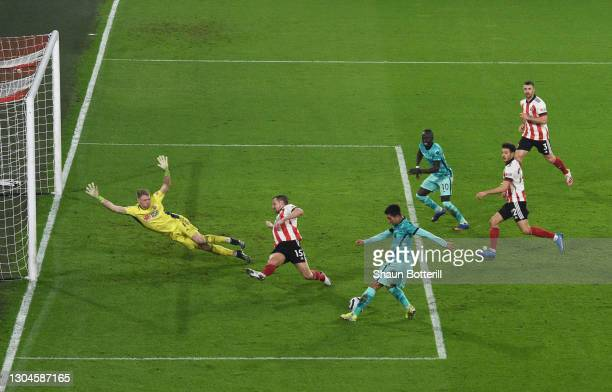 Roberto Firminho of Liverpool shoots whilst under pressure from Aaron Ramsdale and Phil Jagielka of Sheffield United during the Premier League match...