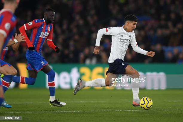 Roberto Firmino of Liverpool gets away from the Crystal Palace defence during the Premier League match between Crystal Palace and Liverpool FC at...