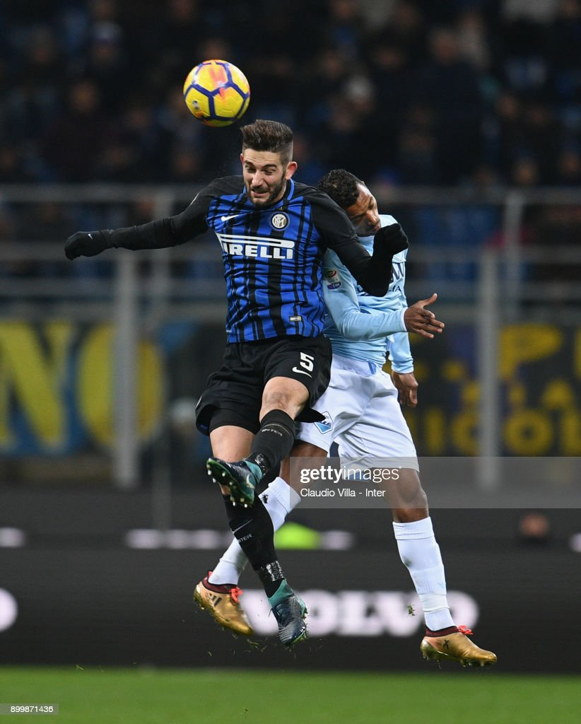 Roberto Gagliardini of FC Internazionale (L) competes for the ball with Luis Nani of SS Lazio during the serie A match between FC Internazionale and SS Lazio at Stadio Giuseppe Meazza on December 30, 2017 in Milan, Italy.