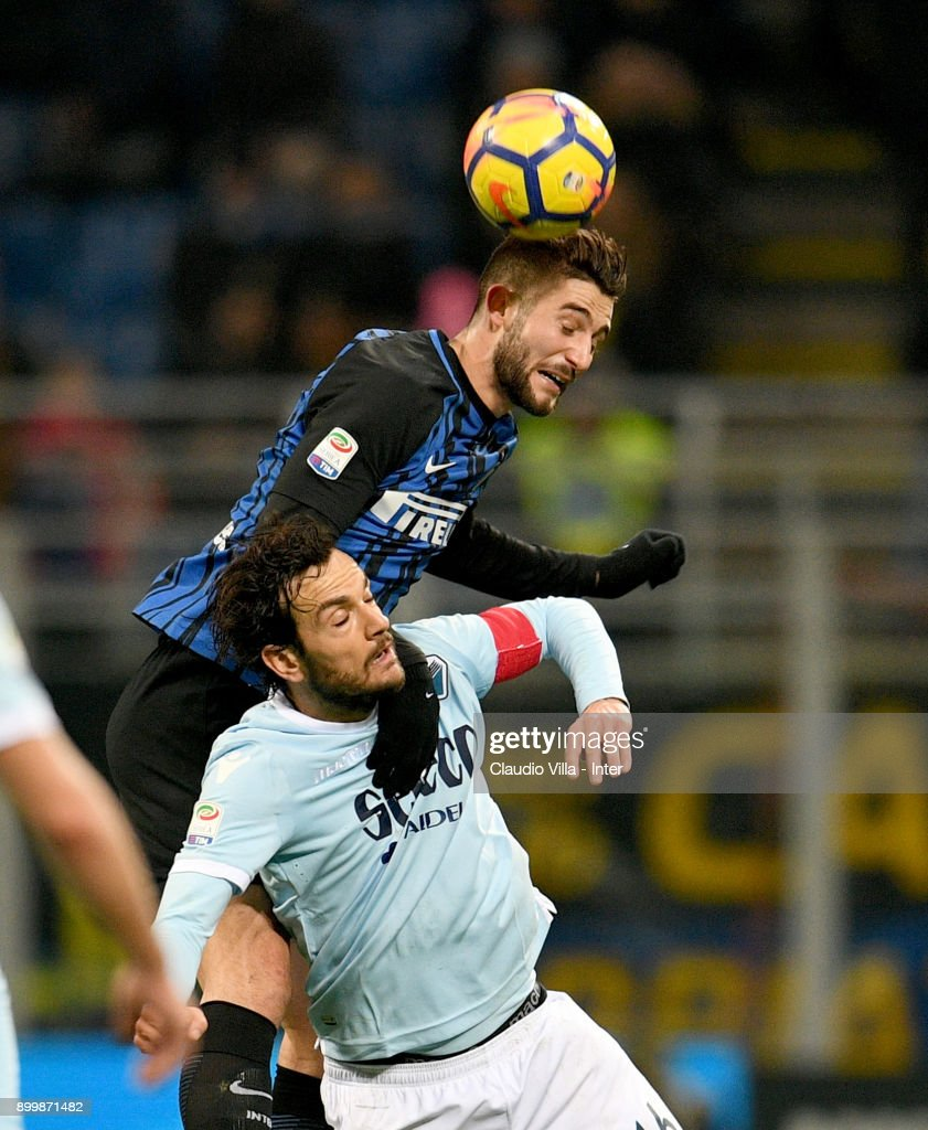 Roberto Gagliardini of FC Internazionale (L) competes for the ball with Marco Parolo of SS Lazio during the serie A match between FC Internazionale and SS Lazio at Stadio Giuseppe Meazza on December 30, 2017 in Milan, Italy.