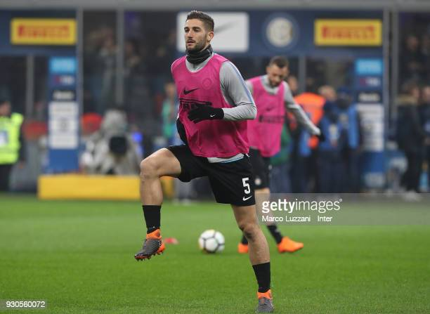 Roberto Gagliardini of FC Internazionale warms up ahead of the serie A match between FC Internazionale and SSC Napoli at Stadio Giuseppe Meazza on...