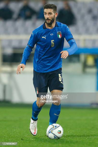 Roberto Gagliardini of Italy controls the ball during the International Friendly match between Italy and Estonia at Stadio Artemio Franchi on...