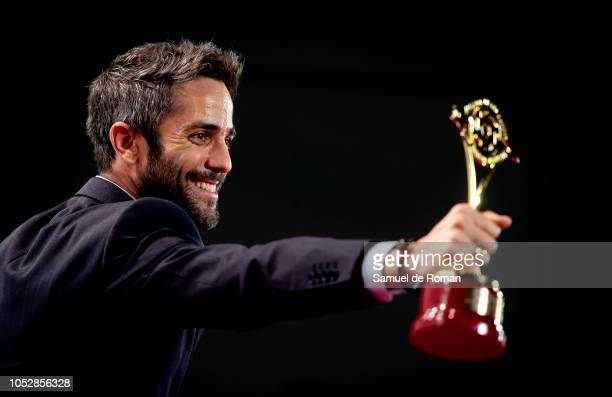 Roberto Leal pose for a photo with his award during Iris Awards 2018 on October 23 2018 in Madrid Spain