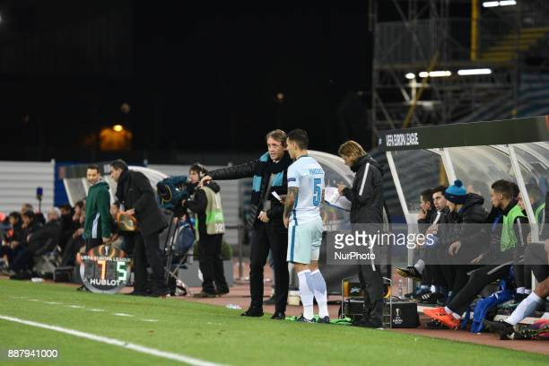 Roberto Mancini head coach of Zenit chats with Leandro Paredes during the UEFA Europa League Group L football match between Real Sociedad and Zenit...