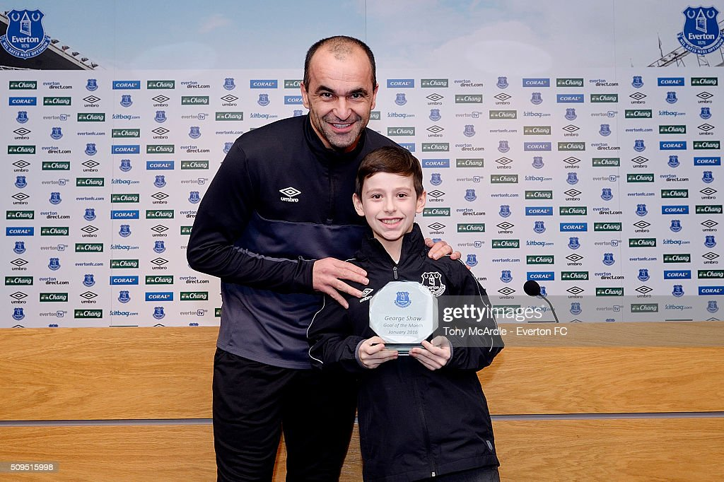 Roberto Martinez presents Everton's goal of the month award... : News Photo
