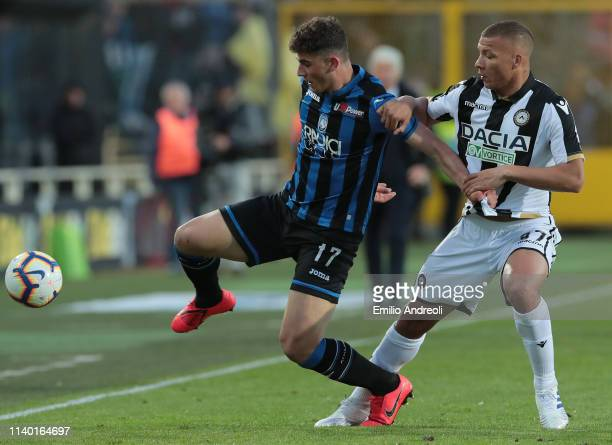 Roberto Piccoli of Atalanta BC is challenged by Sebastian De Maio of Udinese Calcio during the Serie A match between Atalanta BC and Udinese at...